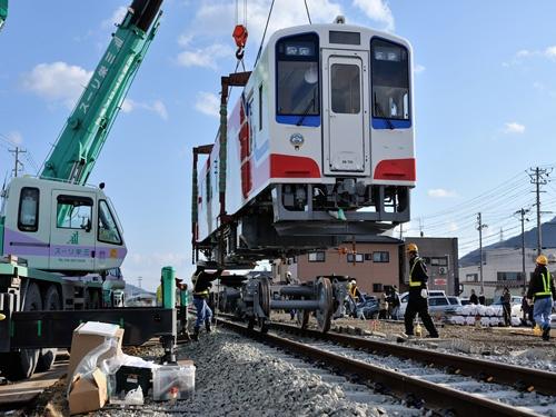 南リアス線に新車を搬入。2013年2月16日(提供:三陸鉄道)