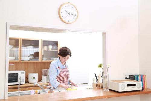 エプロン姿も「家事をするのは女性の役割」という固定観念だと受け取られかねない(写真:PIXTA)