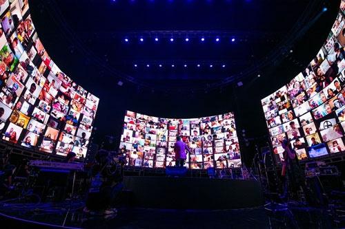 長渕剛さんは20年8月、LINE LIVE-VIEWINGでオンラインライブを実施。10万人を動員した