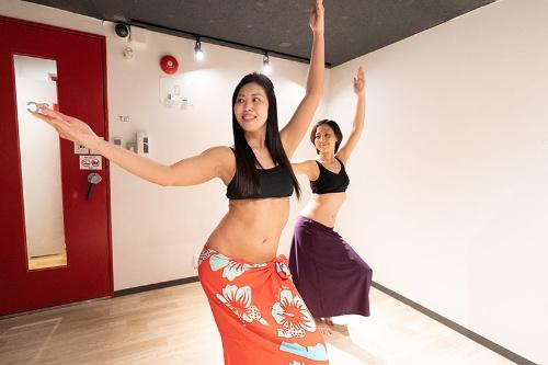 結婚後に始めたタヒチアンダンスを今では15人ほどに教えている(写真:稲垣 純也)