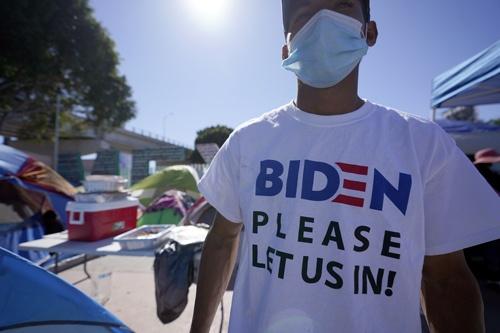 メキシコとの国境に押し寄せている米国への移民希望者(写真:AP/アフロ)