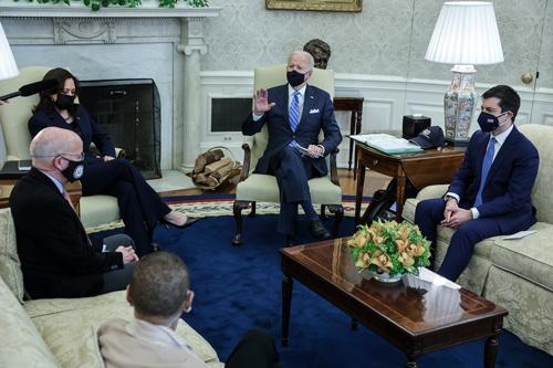 ブティジェッジ運輸長官(右)など、政権を支える閣僚の顔ぶれから見えるバイデノミクスの姿とは。左はハリス副大統領(写真:Pool / Getty Images)