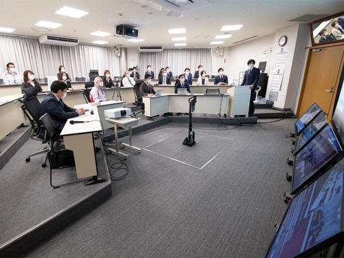 宮城県の「角田I.T.P.」と他の拠点をモニターでつないで会議を行う