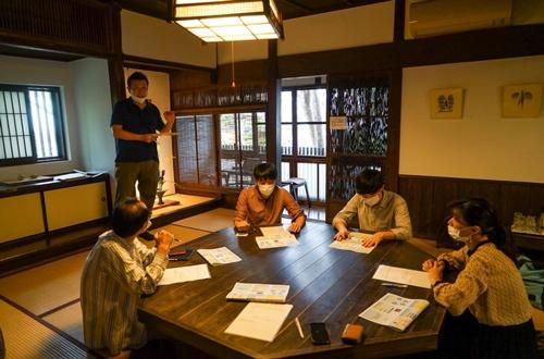 温泉旅館でワーケーションを体験するビッグローブの社員。オフィスに集うよりも密度が高いコミュニケーションができたという