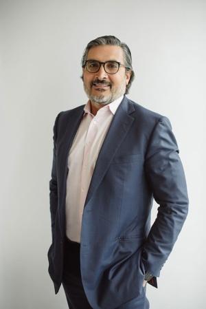"""<span class=""""fontBold"""">サニー・カルシ(Sonny Kalsi)氏</span><br>世界で約500億ドル(約5兆4000億円)の資産を運用するベントール・グリーンオーク(BGO)のCEO(最高経営責任者)。2010年に設立した米グリーンオーク・リアル・エステートの創設者。09年まではモルガンスタンレーの不動産投資(MSREI)事業のグローバル共同責任者としてモルガンスタンレー不動産ファンドの社長を務めた。モルガンスタンレー時代の18年間で、世界の6つの地域に居住した経験がある。アジア地域では10年間を過ごしており、中でも1998年から2006年まで東京で暮らした経験から日本の不動産市場に詳しい(写真:ベントール・グリーンオーク提供)"""