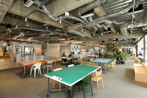 乃村工藝社が4月にお披露目したニューノーマル対応オフィス。「公園」を意識して自然に人が集まる仕掛けを幾つも設置している(写真=都築 雅人)