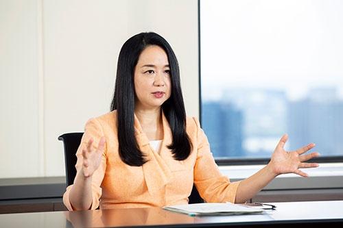 "<span class=""fontBold"">伊達 美和子(だて みわこ)氏</span><br />森トラスト社長<br />東京都出身。慶応義塾大学大学院修了。総合コンサルティング会社勤務を経て、1998年森トラスト入社。2011年に森トラスト・ホテルズ&リゾーツ社長、16年に森トラスト代表取締役社長に就任。全国に16のホテルプロジェクトを推進する傍ら、20 年3月に完工した虎ノ門・神谷町エリアにおける複合施設「東京ワールドゲート」や赤坂ツインタワー跡地における「赤坂二丁目プロジェクト」といった複数の大型都市開発を推進している(写真:的野弘路)"