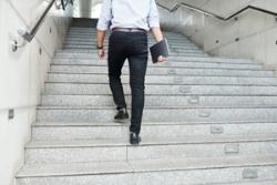 忙しい人は、毎日階段を使うことが、運動不足解消の第一歩になる。(c) Dinis Tolipov-123RF