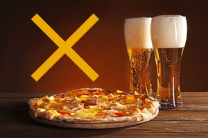 「ビールとピザ」の組み合わせは、肥満予防の観点からは最悪!?(写真=123RF)