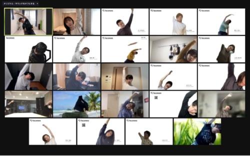 株式会社hacomonoでは、1日のスタートに従業員で一斉にオンライントレーニングを行う。