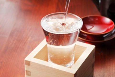 閉経前の女性の場合、毎日1合の日本酒を飲むだけで、乳がんのリスクが上がるという(写真はイメージ=123RF)