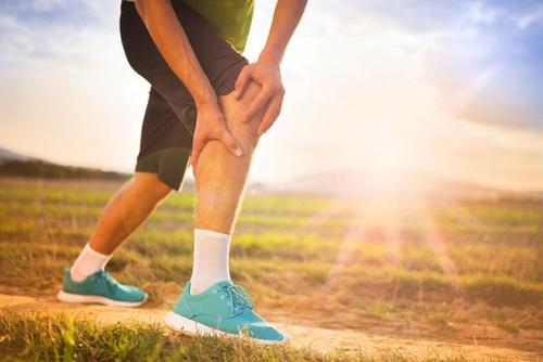 普段体を動かしていない人が急に運動を始めると、膝や足を痛めてしまうかもしれない。(写真はイメージ=123RF)