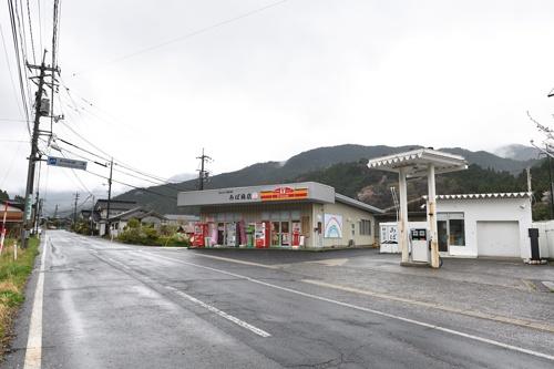 地方では物販の店舗を併設し生活インフラとなっているガソリンスタンドも多い(岡山県津山市阿波地区のガソリンスタンド、写真:水野浩志)