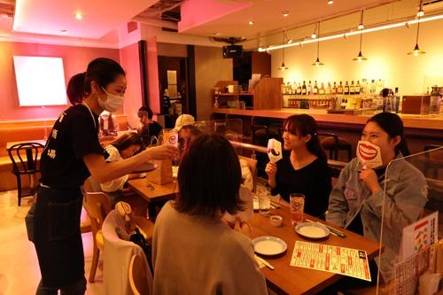 ピンクのネオンに、ノスタルジックなメニュー表が、古き良き酒場を思い起こさせる (写真:陶山 勉)