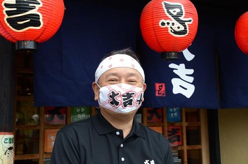 やきとり大吉八幡男山店(上)と店主の水元克浩さん(下)
