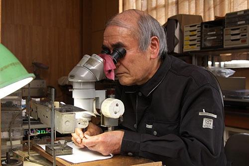 森田さんのキャリアは50年以上。治具や工具も自ら作る