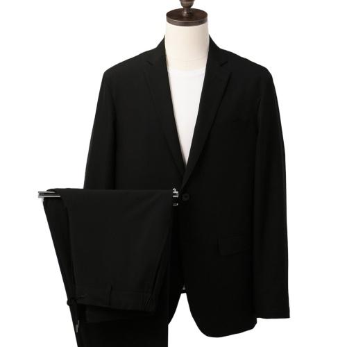 ジャケットが2900円(税込み)で、パンツが1900円(同)。色は紺と黒がある。現在販売されている製品は、この写真とは生地が異なり、上下セットで5970円で販売する(写真提供/AOKI)