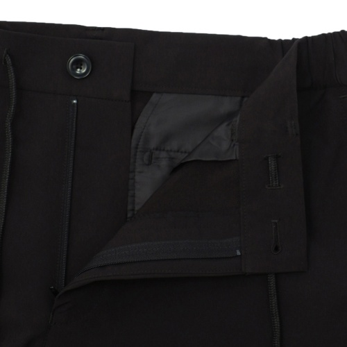 ウエストのひもは、パンツの内側でも外側でも結べるよう工夫されている(写真提供/AOKI)