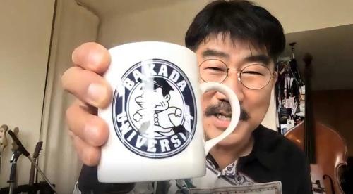 愛用しているという『天才バカボン』(講談社、小学館)のマグカップ。『天才バカボン』は亀田氏の座右の書だという。