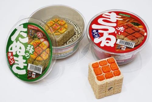 東洋水産とコラボした「緑のたぬききゅーぶ」(左)と「赤いきつねきゅーぶ」(右)。共に税込み3278円