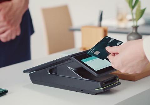 Visaのタッチ決済は専用読み取り端末に文字通りタッチするだけで、決済がスピーディーに完了する