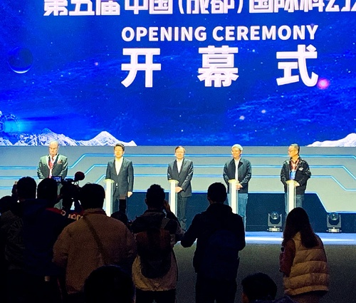 19年に成都で開催された国際SF大会。14カ国からSF作家など300人以上が参加。劉慈欣氏の姿も