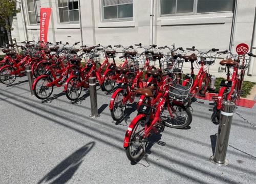 旧ソウゾウの事業の1つであったシェアサイクルの「メルチャリ」は2019年に事実上撤退を表明し、neuetという企業に事業承継。現在も福岡県などで「チャリチャリ」としてサービスを継続している。写真は2021年3月25日、福岡市内にて筆者撮影