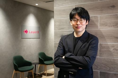 """<span class=""""fontBold"""">福島良典(ふくしま・よしのり)氏</span><br> 1988年愛知県生まれ。2007年に東京大学に進学し機械学習を学ぶ。東大大学院に進学後、寂しさを紛らわすためによく見ていたSNSから着想を得て、「効率的に情報収集ができないか」と共同創業者とともにグノシーを創業した。AIや機械学習が専門の松尾豊教授が率いる通称「松尾研」のメンバーと親交が深い。優れたプログラマーを発掘する国の「未踏」プロジェクトの対象メンバーにも選ばれたことがある。15年、27歳の時にグノシーを東証マザーズに上場させると、18年にグノシー傘下にLayerX(レイヤーX)を設立しCEOに就任。同時にグノシーの代表権も返上した。19年にMBOでグノシーから独立し、現在に至る(写真:的野弘路、以下同)"""