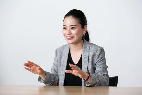 """<span class=""""fontBold"""">平野未来(ひらの・みく)氏</span><br>シナモン社長CEO。2008年東京大学大学院修了。2005年と2006年に、自身が開発に関わったECサービス関連などのシステムが、経産省系の独立行政法人、情報処理推進機構(IPA)のIT人材発掘・育成事業である「未踏ソフトウェア創造事業」に採択された。在学中にアプリ開発のネイキッドテクノロジーを創業し、11年にミクシィに売却。12年にシンガポールでシナモンを創業、16年に日本法人を設立した(写真:的野弘路、以下同)"""