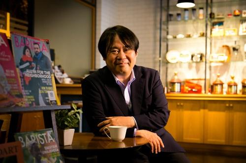 "<span class=""fontBold"">丸山健太郎</span>・丸山珈琲社長。1968年生まれ、53歳。神奈川県出身。進学校の高校に合格するも受験戦争に失望。卒業後にインドを放浪。帰国後、91年に長野県の軽井沢にあるペンション跡地で喫茶店を開業。焙煎技術を磨き、コーヒー豆の仕入れや卸事業も手掛ける。海外に自ら足を運んで豆を買い付け、国際品評会では審査員も務める第一人者。2018年から20年までは日本スペシャルティコーヒー協会の会長も務めた。(写真はすべて的野弘路)"