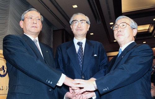 1999年8月、共同の金融持ち株会社設立の記者会見を終え握手する(左から)第一勧業銀行、日本興業銀行、富士銀行の3行頭取(写真:共同通信)
