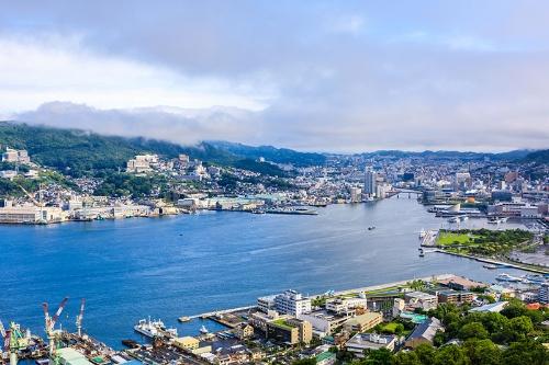 深刻な人口減少が続く長崎県の長崎市。若者の流出が特に顕著で、地域経済への影響が心配されている(写真:PIXTA)