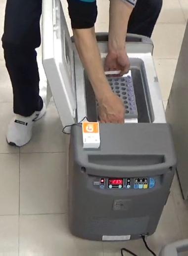 ツインバードの「ディープフリーザー」によって超低温でワクチンを運ぶ(新潟県燕市提供)