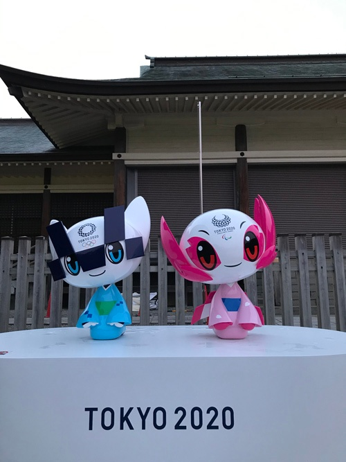 都内の観光名所に飾られたオリンピックマスコット「ミライトワ」「ソメイティ」。インバウンド客を出迎えるはずだった