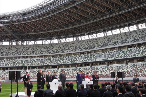 2019年12月15日に行われた竣工式典の様子。このときも、無観客でも満席のように見えた。壇上には安倍晋三前首相や小池百合子都知事、建築家の隈研吾氏らが並ぶ。なぜ客席がまだら模様のデザインなのかは後述する(写真:宮沢 洋)