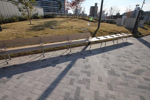 ただの木製ベンチもこんなに長いと写真に撮りたくなる(写真:宮沢 洋)
