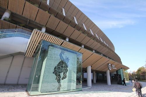 青山側(東側)のGゲート。現在、Gゲートの前には、前東京五輪で使われた聖火台が移設されており、五輪開催時の報道でもこの角度がよく映りそうだ(写真:宮沢 洋)