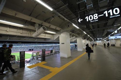 1階のコンコースからスタンド方向(写真左手)を見る(写真:宮沢 洋)