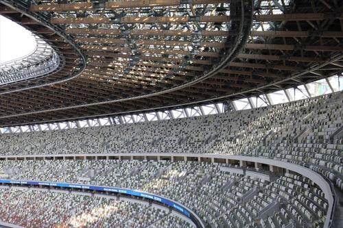 同じく東側を見る。大屋根のガラス部分から光が落ちる(写真:宮沢 洋)