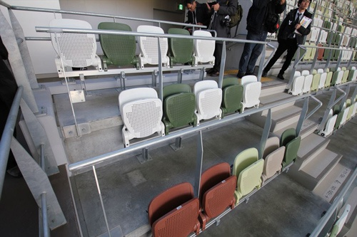 椅子はアースカラーを中心にした5色。隈氏らしい「コスパの高い」デザインといえるだろう(写真:宮沢 洋)