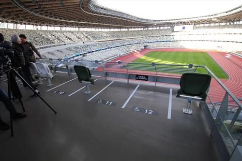 客席の色ばかりが話題になっているが、車椅子用の席もある。同伴者が座る椅子席も隣に。車椅子用の客席は約500席(写真:宮沢 洋)