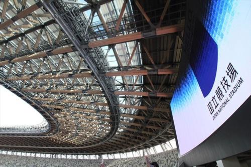 南側のガラス屋根の部分を見上げる(写真:宮沢 洋)
