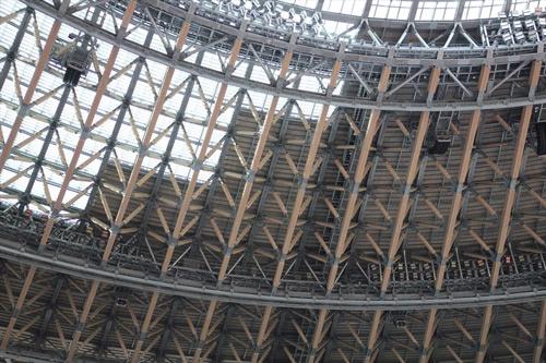ガラス屋根と金属屋根の境目を見上げる(写真:宮沢 洋)
