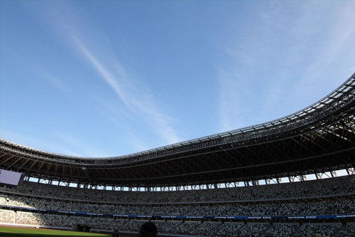 南側客席から東側の屋根の先端部を見る(写真:宮沢 洋)