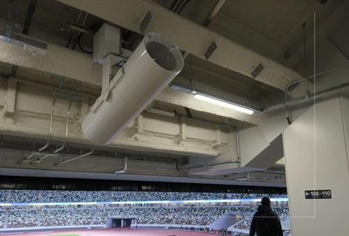 1階と3階のコンコースには、観客席に向かって風を送る「気流創出ファン」を計185台設置した(写真:宮沢 洋)