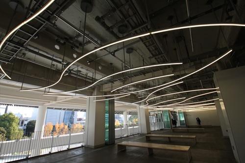 3階の「風のテラス」。LED照明は蛍の光の軌跡をイメージしたもの(写真:宮沢 洋)