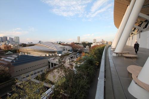 「空の杜」の西側からは、東京体育館がよく見える。東京体育館も五輪会場の1つ(写真:宮沢 洋)