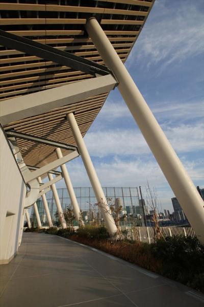 白い円柱が斜めに立つ。柱は鉄骨鉄筋コンクリート造(写真:宮沢 洋)