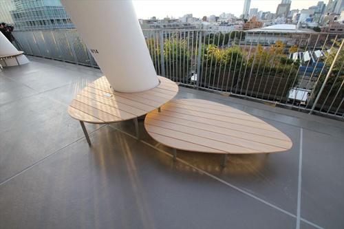 斜め柱の足元に木のベンチ。形がかわいい(写真:宮沢 洋)