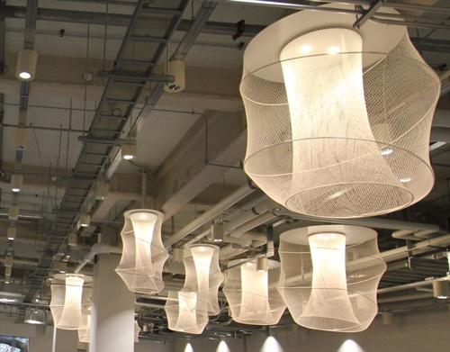 照明は隈氏が「行灯(あんどん)」をイメージしてデザインした。選手のインタビューで背景によく映るはず(写真:宮沢 洋)